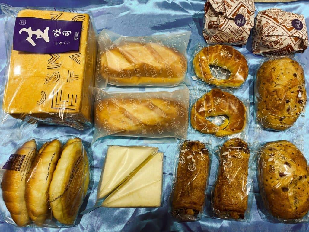 宅配防疫麵包箱內容物